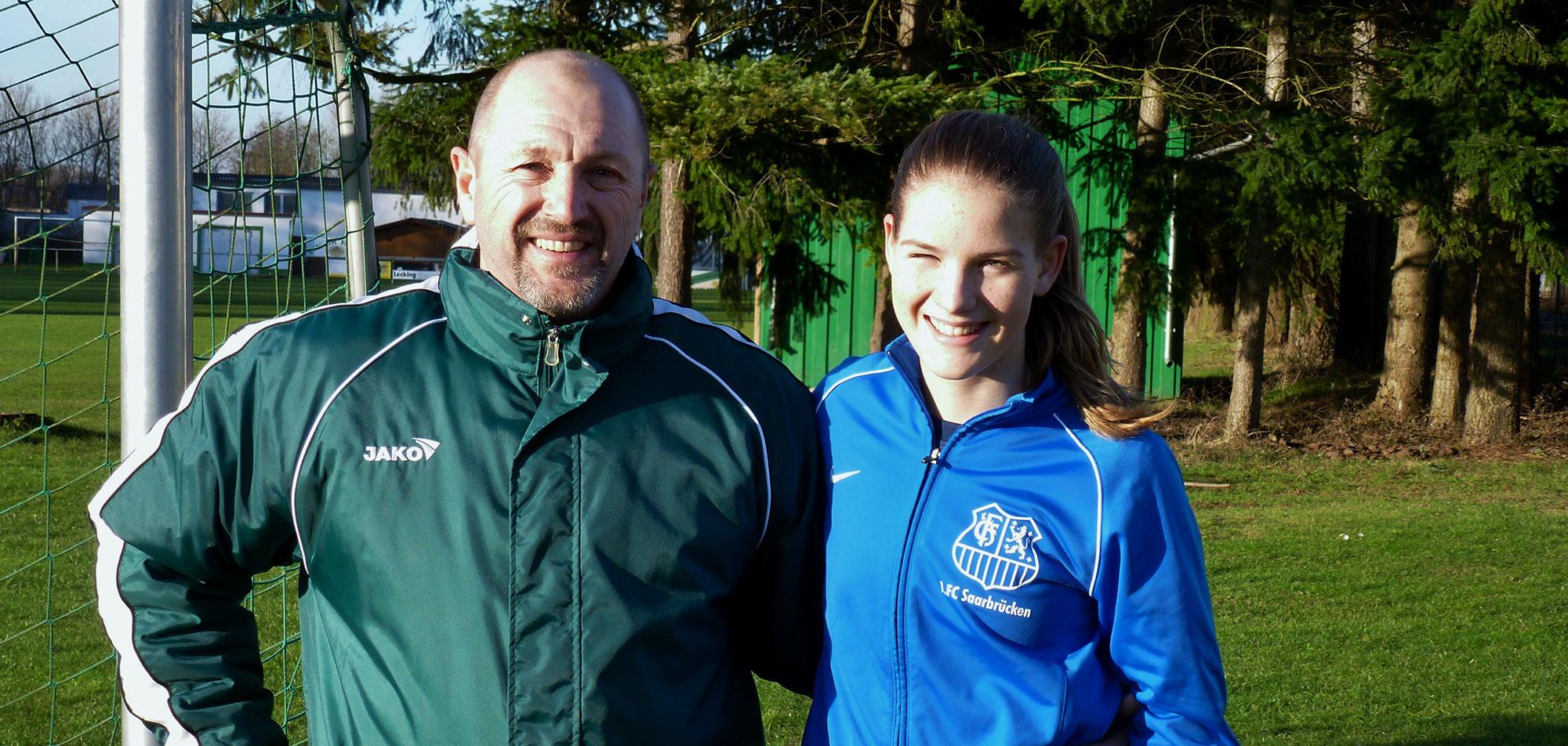 Tilda Novotny mit ihrem Jugend- und Torwarttrainer Klaus Fey.
