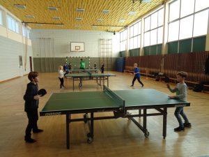 Teilnehmer der Tischtennis AG beim Spiel